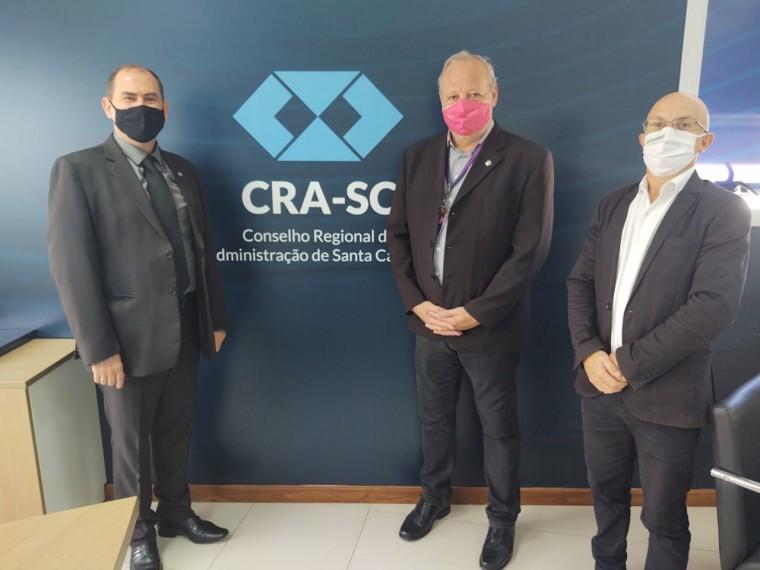 Representante da Unisul destaca expansão da IES em reunião na sede do CRA-SC