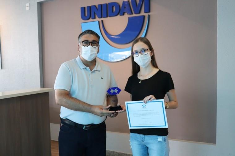 Formanda da UNIDAVI recebe Prêmio Mérito Acadêmico